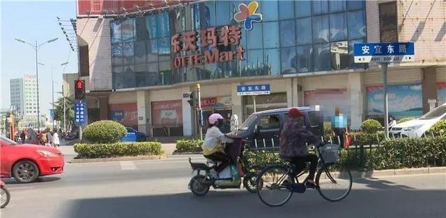 宝应交通陋习曝光台:行人、非机动车闯红灯