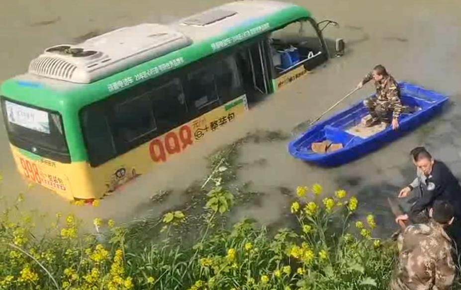 宝应一公交车与货车相撞冲进小河 幸无人员伤亡