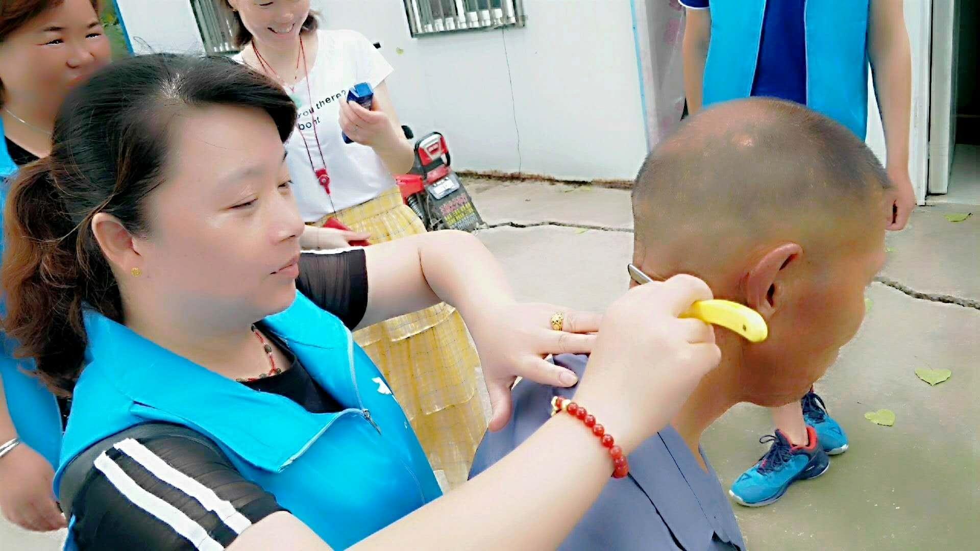 宝应云鸽爱心协会为渔民老人免费理发服务