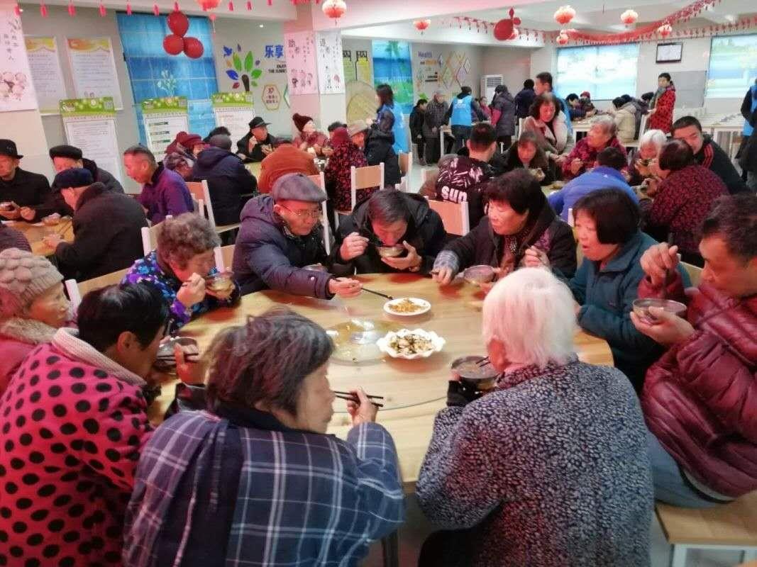 宝应云鸽爱心协会志愿者为罗巷社区煮腊八粥